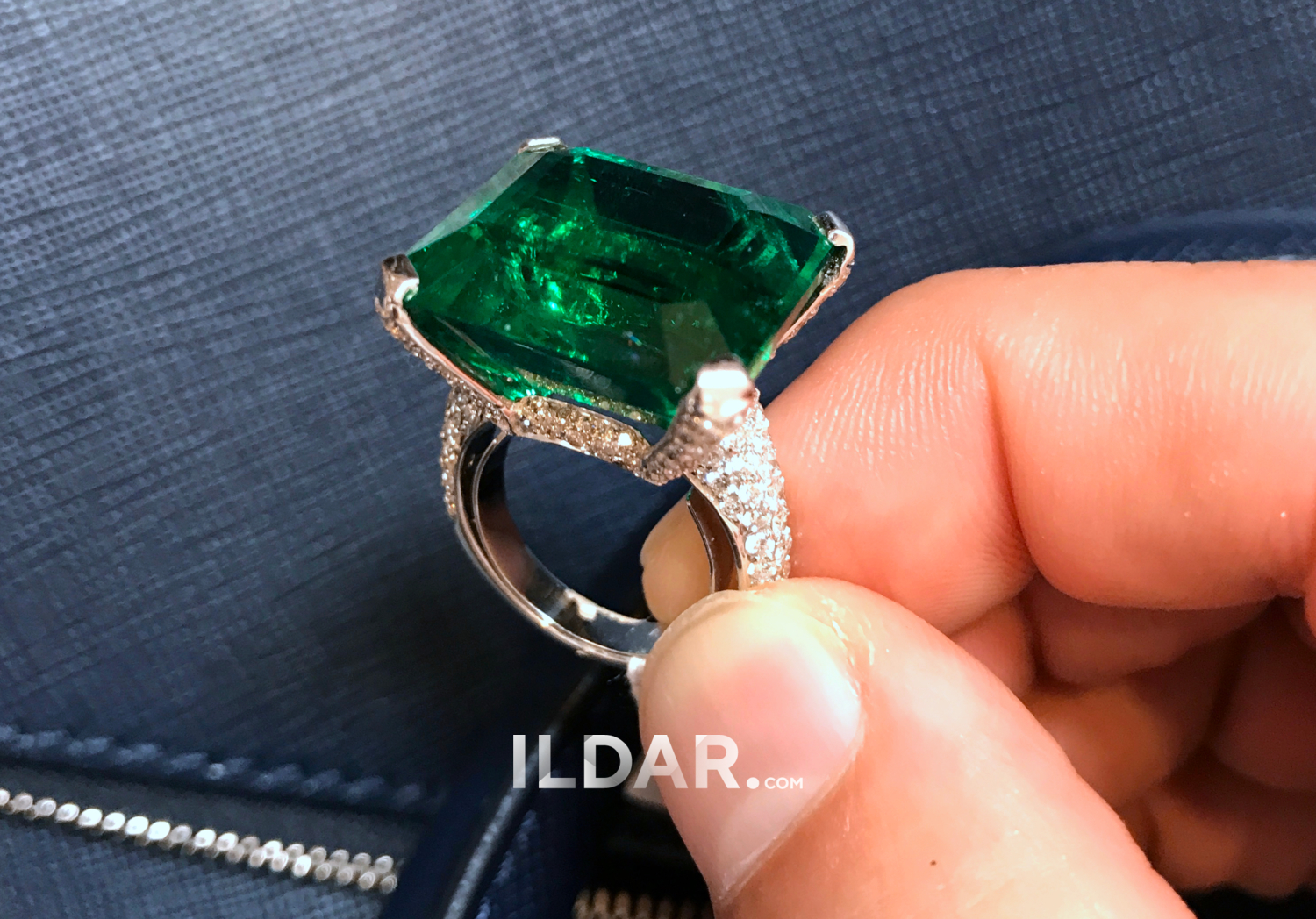 Ring with large emerald 27.25 ct