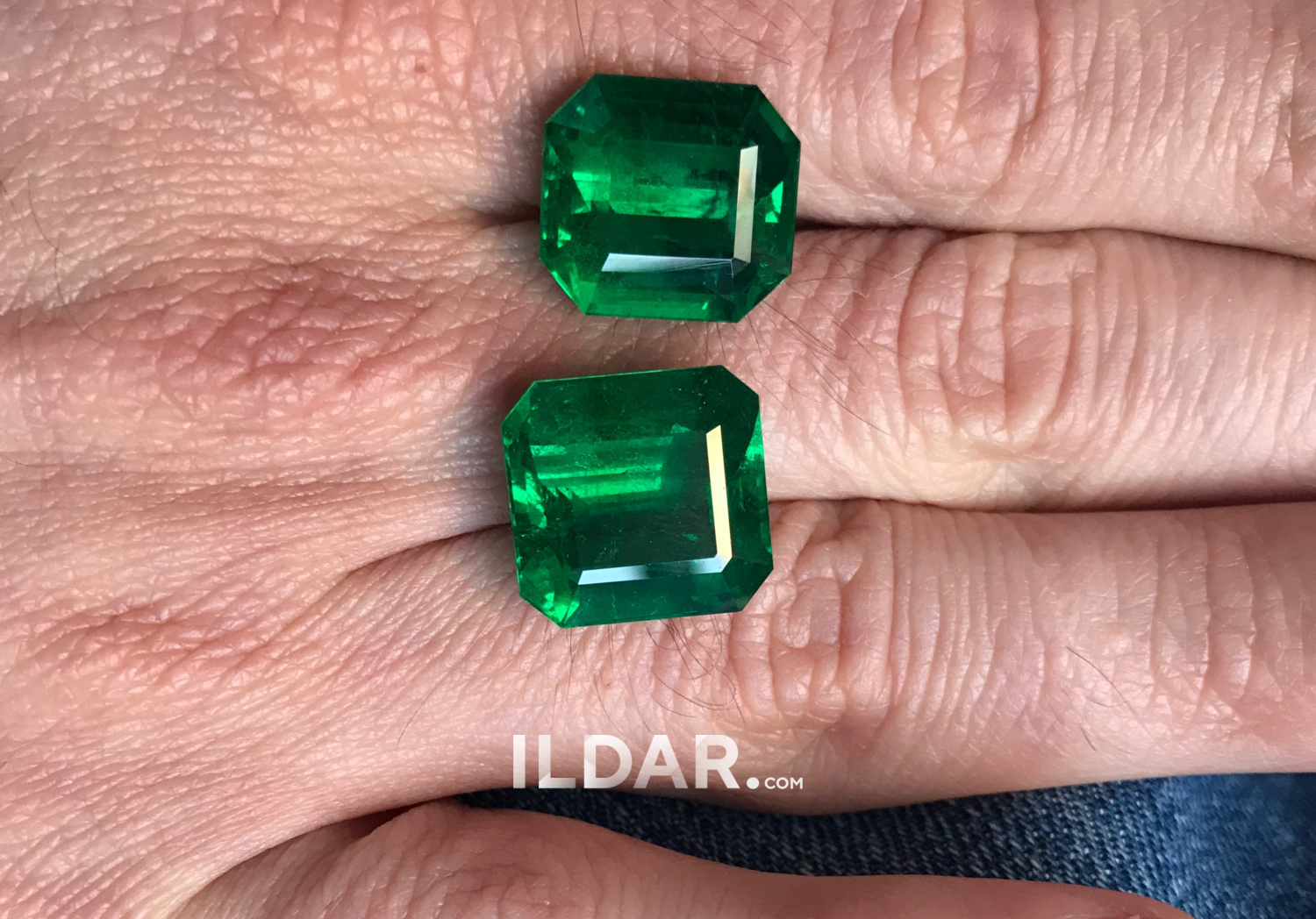 Large emerald with saturated color 15.19 ct фотография
